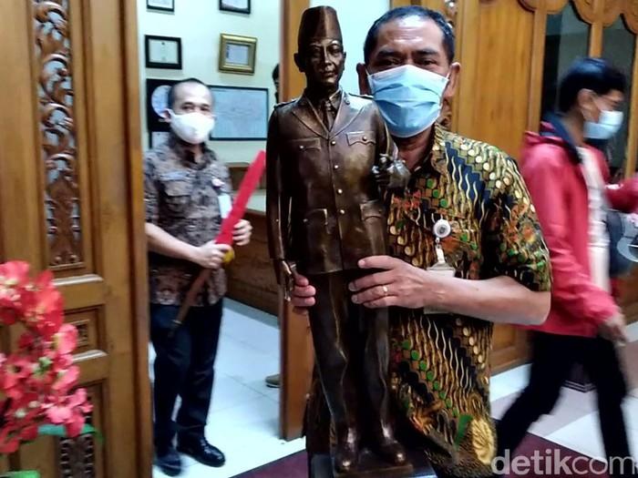 Wali Kota Solo FX Hadi Rudyatmo mengemasi barang-barangnya dari ruang kerjanya, Selasa (16/2/2021).