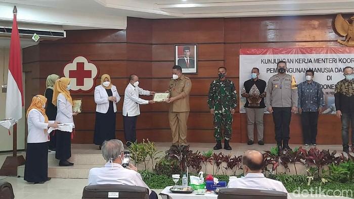 Wali Kota Surabaya Whisnu Sakti Buana mendapat penghargaan dari Menko PMK Muhadjir Effendy