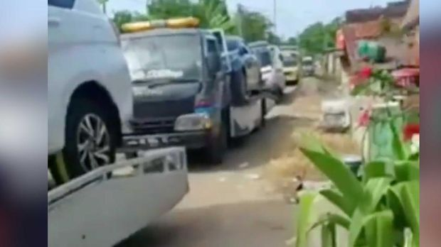 Warga ramai-ramai membeli mobil baru usai terima uang ganti rugi lahan kilang minyak Desa Sumurgeneng, Kec. Jenu, Kab. Tuban Jawa Timur. (Instagram)