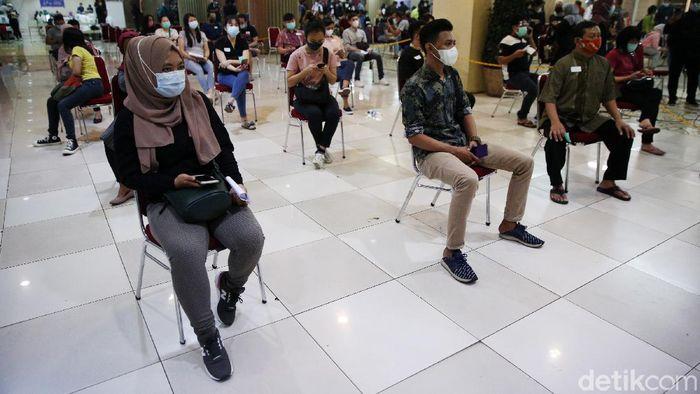Petugas menyuntikan vaksin COVID-19 kepada pedagang di Pasar Tanah Abang Blok A, Jakarta, Rabu (17/2/2021). Vaksinasi COVID-19 tahap kedua yang diberikan untuk pekerja publik dan lansia itu dimulai dari pedagang Pasar Tanah Abang.