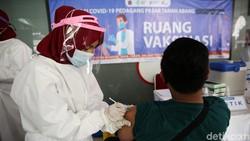 Vaksinasi COVID-19 untuk pedagang di Pasar Tanah Abang berlangsung hari ini. Total pedagang calon penerima vaksin mencakup 1.500 orang.
