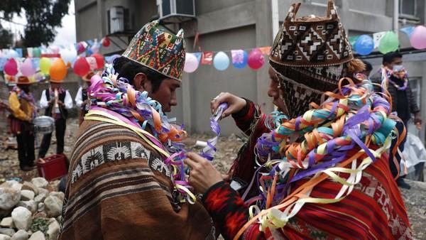 Pemandu spiritual membungkus satu sama lain dengan pita pada perayaan Martes de Challa di La Paz, Bolivia, Selasa (16/2/2021) waktu setempat.