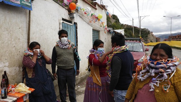 Perayaan Martes de Challa, atau Ch'alla adalah kata Quechua dan mengacu pada upacara yang diadakan di banyak rumah dan bisnis di sekitar Bolivia untuk meminta kepada dewa, khususnya Pachamama, atau Ibu Pertiwi, untuk keberuntungan dan tahun yang sejahtera.