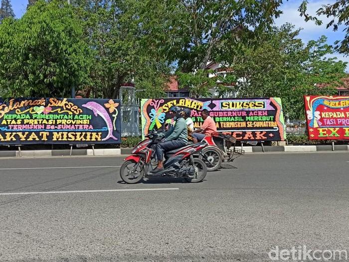 Deretan karangan bunga juara termiskin di Sumatera terpasang di depan kantor Gubernur Aceh.