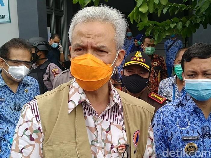 Gubernur Jateng Ganjar Pranowo datangi lokasi pengungsian banjir Kota Pekalongan, Rabu (17/2/2021).