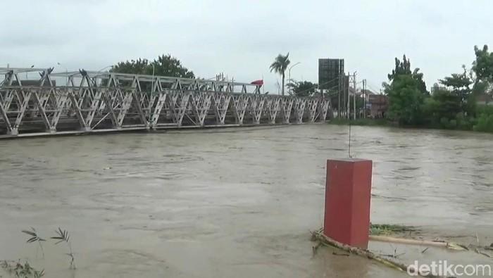 Jembatan Sungai Pemali sisi utara, Brebes, ditutup sementara karena air sungai menyentuh level merah, Rabu (17/2/2021).