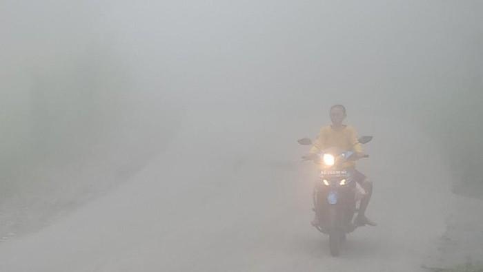 Kabut tebal di desa KRB 3 Gunung Merapi, Klaten, Rabu (17/2/2021).