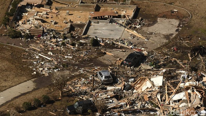 Badai tornado menerjang North Carolina, Amerika Serikat, Selasa (16/2) waktu setempat. Badai itu mengakibatkan sejumlah rumah rusak.