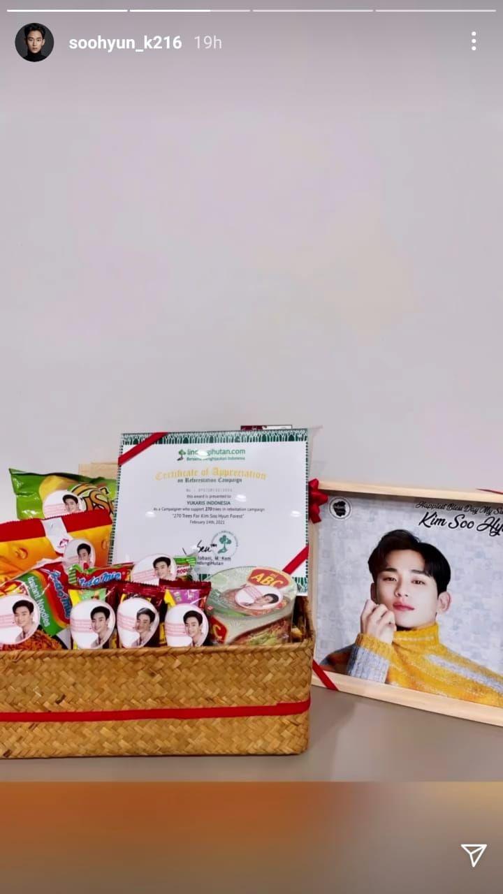 Kim Soo Hyun Pamer Kado dari Fans Indonesia, Ada Mi Instan dan Kacang!