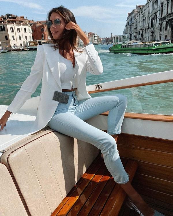 Naik kapal di kanal Venesia memang jadi aktivitas yang menyenangkan. (Instagram)