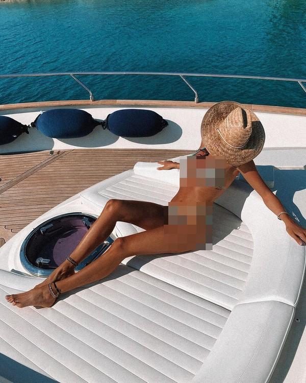 Kekasih Valentino Rossi ini juga hobi berlayar naik yacht. (Instagram)