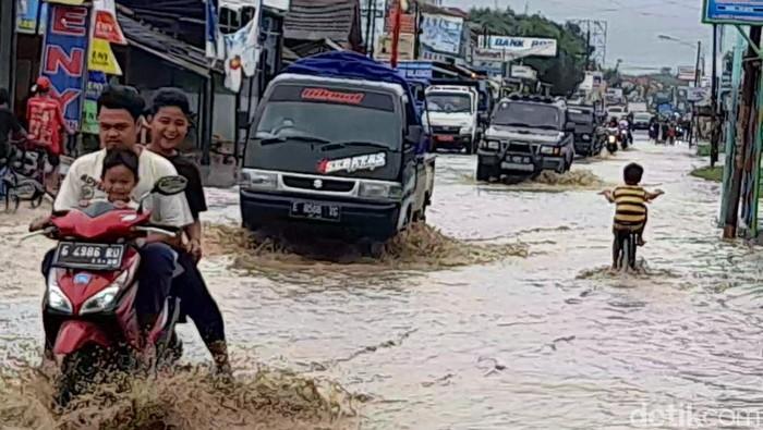 Rumah warga di lima desa di Kecamatan Ketanggungan, Kabupaten Brebes, Jawa Tengah, terendam banjir. Banjir disebut berasal dari luapan Sungai Babakan.