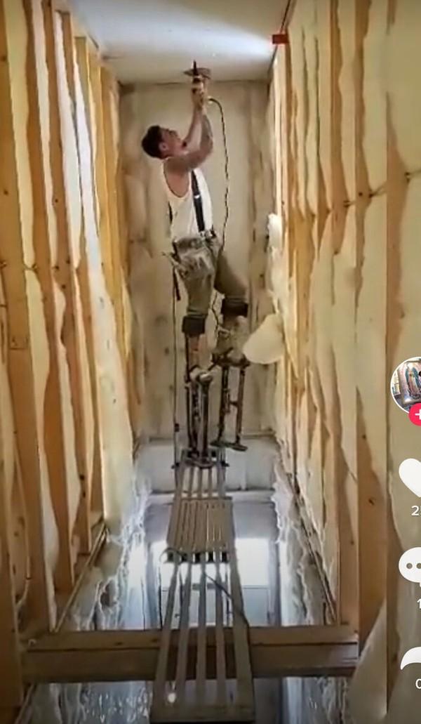 Doakan saja tukang ini selamat ya.