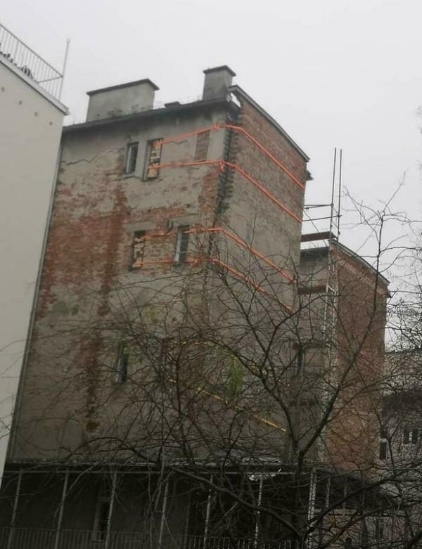 Bangunan yang hampir roboh ini ditahan mengggunakan tali. Serius?