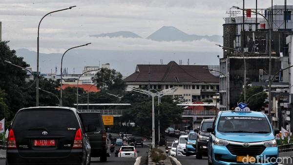 Gunung tersebut terlihat pada pukul 07.00 WIB-09.00 WIB.
