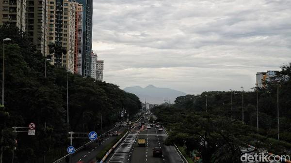 Sebenarnya gunung itu dapat dilihat dari Jakarta sejak tahun lalu saat penetapan PSBB ketat.