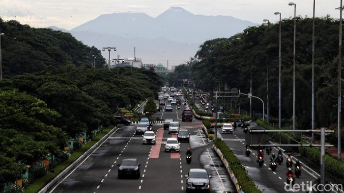 Gunung Gede Pangrango adalah salah satu taman nasional yang terletak di Jawa Barat. Gunung yang tinggi menjulang itu dapat juga dilihat dari Ibu Kota Jakarta.