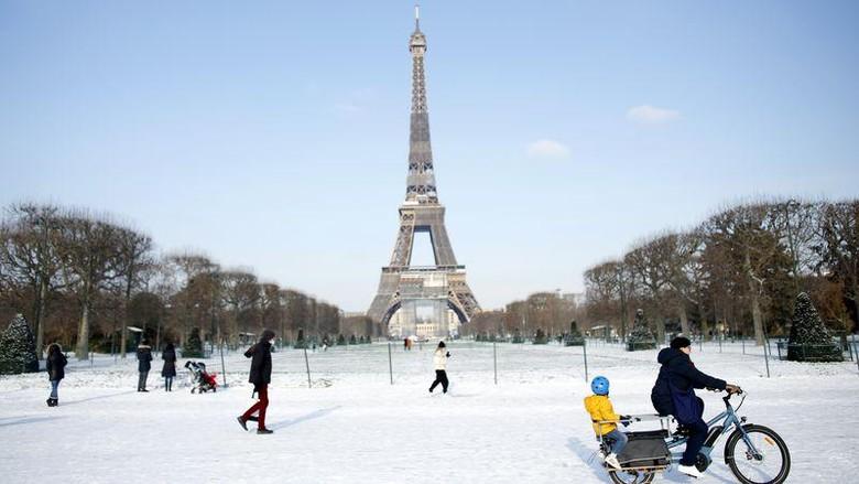 Menara Eiffel saat winter
