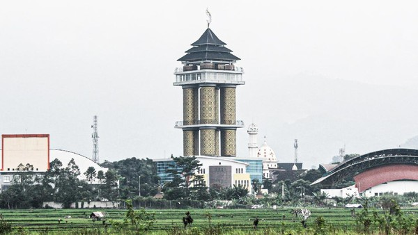 Jika Kota Bandung memiliki ikon Gedung Sate, maka Kabupaten Bandung pun punya ikon baru, yaitu Munara 99 Sabilulungan. Gedung ini baru saja diresmikan oleh Bupati Bandung Dadang M. Naser, bulan Februari lalu. (Muhammad Iqbal/detikTravel)