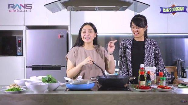 5 Momen Nagita Slavina saat Masak Nasi Goreng dan Kue Cokelat untuk Keluarga