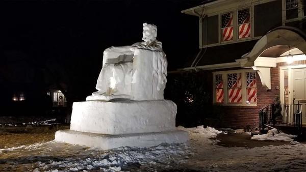 Setelah berjam-jam mengukir dan membentuk, kepala dan bahu Abe menjadi jelas pada malam selanjutnya.