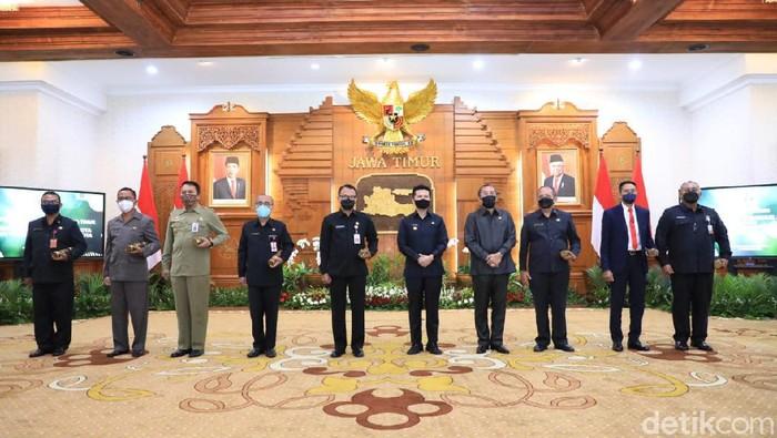 Pemprov Jatim Beri SK Plh Bupati/Wali Kota ke 16 Daerah, Ini Detailnya