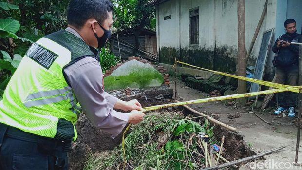 Petugas memasang garis polisi di sumur warga Klaten yang ambles, Rabu (17/2/2021).