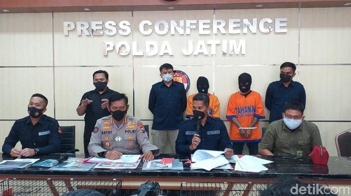 Jaringan pedagang satwa langka di Jawa Timur diringkus polisi. Tiga pelaku diamankan tim gabungan dari Ditreskrimsus Polda Jatim dan Balai Konservasi Sumber Daya Alam (BKSDA).