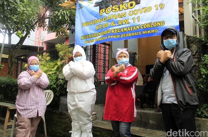 Warga Gg Cisitu Lama 1 RW 11, Dago, Coblong, Kota Bandung bergotong royong dalam menangkal penyebaran virus Corona di wilayahnya. Mereka melakukan langkah-langkah proaktif mulai dari membatasi akses jalan gang, mendirikan posko COVID-19 hingga membagikan makanan bagi warga lainnya yang terpapar Corona di masa PPKM Mikro ini