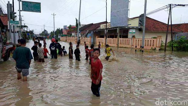 Rumah warga di lima desa di Kecamatan Ketanggungan, Kabupaten Brebes, Jawa Tengah, terendam banjir, Rabu (17/2/2021).