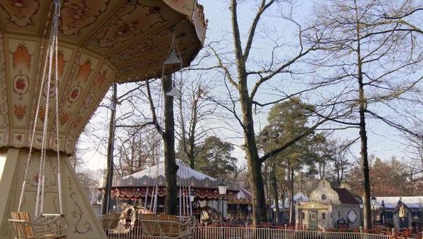 Padahal, taman hiburan identik dengan keramaian sorak wisatawan. Tapi kini seluruh wahana kosong (Efteling)