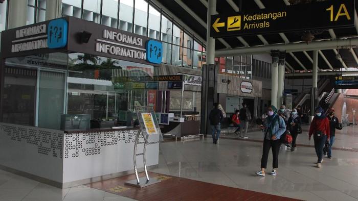 Pengunjung berjalan di Terminal 1 A, Bandara Soekarno Hatta, Tangerang, Banten, Rabu (17/2/2020). PT Angkasa Pura II (Persero) siap mengoperasikan kembali Terminal 1 dengan protokol kesehatan yang ketat untuk angkutan Lebaran tahun 2021, jika pemerintah mengizinkan arus mudik dengan pesawat udara di masa pandemi COVID-19. ANTARA FOTO/Muhammad Iqbal/wsj.
