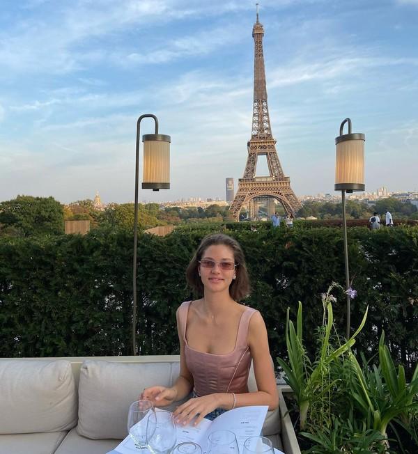 Alesya Kafelnikova berpose dengan latar Menara Eiffel di Paris. Kabarnya sih dia tinggal di sana selain di London dan Bali. (Instagram Alesya Kafelnikova)