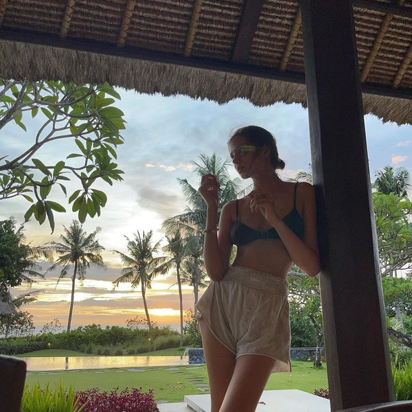 Model asal Rusia Alesya Kafelnikova memberikan keterangan lokasi Bali di foto itu. Coba tebak tepatnya di manakah itu? (Instagram Alesya Kafelnikova)