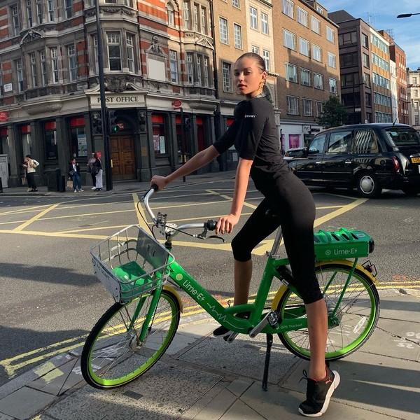 Alesya Kafelnikova menikmati pusat kota dengan bersepeda. (Instagram Alesya Kafelnikova)