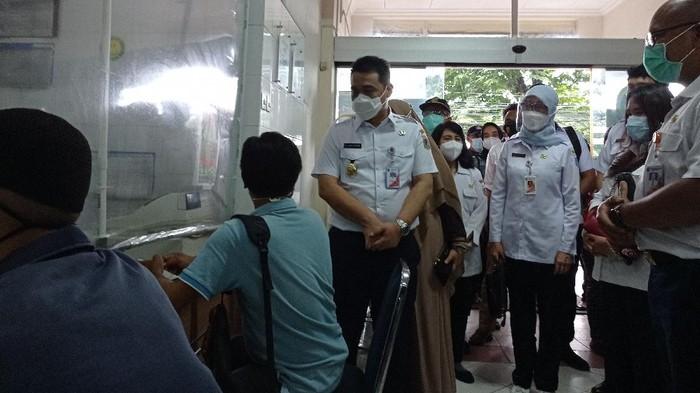 Wagub DKI Jakarta Ahmad Riza Patria cek vaksinasi COVID-19 di Puskesmas Setiabudi, Jaksel