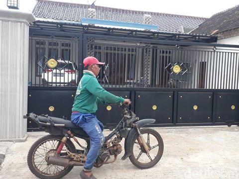 Warga Desa Sumurgeneng, Kecamatan Jenu beramai-ramai memborong mobil baru hingga videonya viral. Salah seorang warga, Matrawi (55) kini tengah belajar mengendarai mobil yang dia beli.