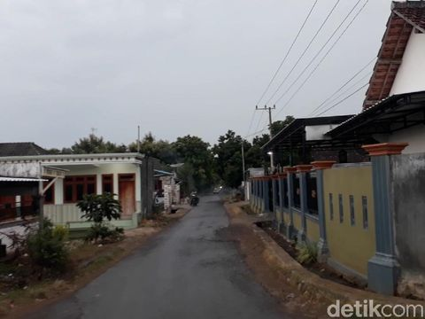 Desa Sumurgeneng di Kecamatan Jenu, Tuban kini menjadi perhatian. Sebab, video warganya beramai-ramai memborong mobil tengah viral.