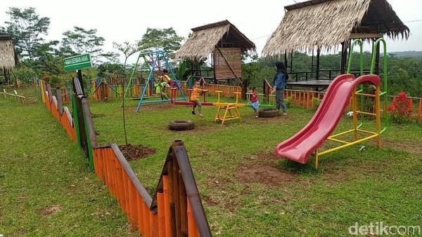 Bagi anak-anak, pengelolaAgro Edu Wisata Garuda Mupuk juga menyediakan wahana permainan anak seperti ayunan, jungkitan, perosotan dan lainnya.