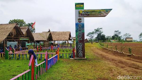 Agro Edu Wisata Garuda Mupuk ini berada di Desa Sukamulya, Kecamatan Baregbeg, Kabupaten Ciamis, Jawa Barat.