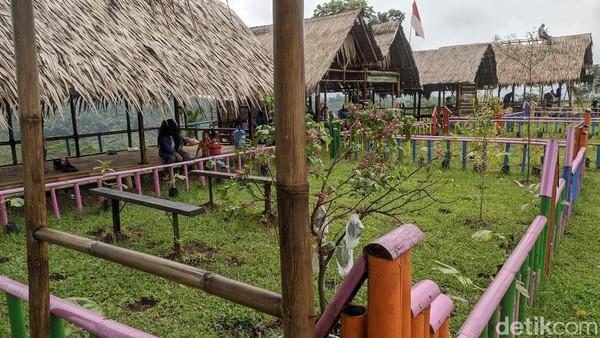 Jarak Agro Edu Wisata Garuda Mupuksekitar 40 menit dari pusat perkotaan Ciamis bisa menggunakan kendaraan roda dua atau roda empat.