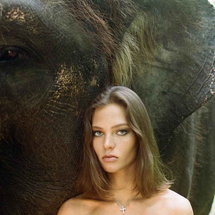 Alesya Kafelnikova berpose di depan gajah Sumatera