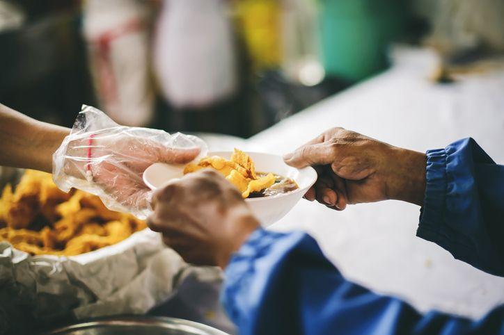 Inspiratif! Office Boy Rutin Bagikan Makanan Gratis untuk Tunawisma