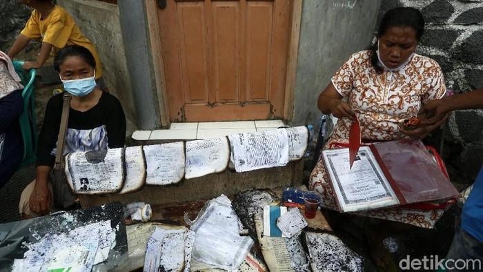 Sebanyak 160 orang terdampak kebakaran di Kalianyar, Tambora, Tambora, Jakarta. Mereka kini berusaha membersihkan rumah dan menyelamatkan dokumen.