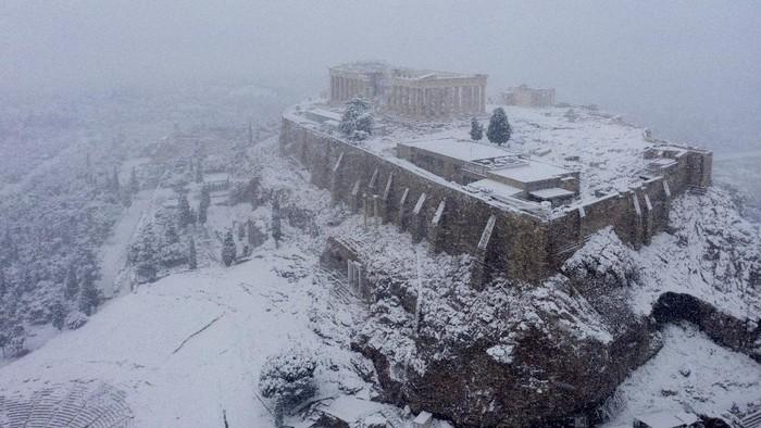 Fenomena langka terjadi di Kota Athena. Kota ini mendadak diselimuti salju tebal yang tidak pernah terjadi lagi lebih dari satu dekade.