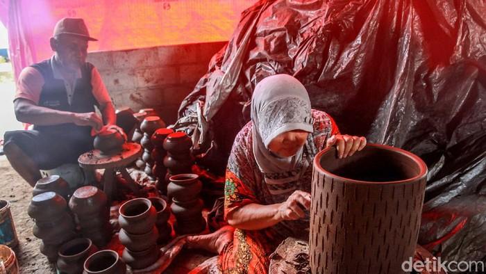 Desa Plumpungrejo, Kecamatan Kademangan, Blitar, Jatim, merupakan salah satu sentra membuatan gerabah. Gerabah jadi kerajinan turun temurun dan menjadi sumber penghasilan.