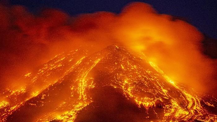 Lava menyembur dari gunung berapi Etna, Sisilia, Italia, Selasa (16/2/2021) waktu setempat.
