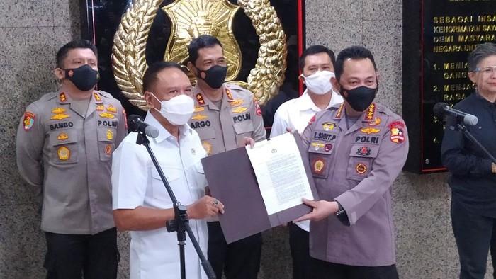 Kapolri Jenderal Listyo Sigit Prabowo menyerahkan surat izin keraiman pra kompetisi sepak bola ke Menpora Zainudin Amali.