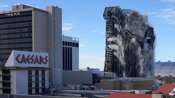 Trump Plaza Hotel and Casino di Atlantic City dihancurkan menggunakan 3.000 batang dinamit. Begini penampakannya.