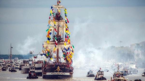 Biasanya, ada sekitar 60 krewe dalam pawai. Tak hanya menghibur, mereka juga melakukan kegiatan amal sosial. (Gasparilla Pirate Festival)